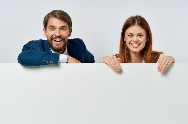 男性と女性のクロップドビューホワイトバナー広告プレゼンテーションの関係者。