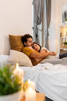 ベッドに寄り添う男と女