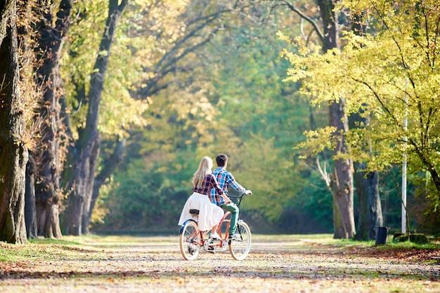 남자와여자가 함께 탠덤 더블 자전거 자전거