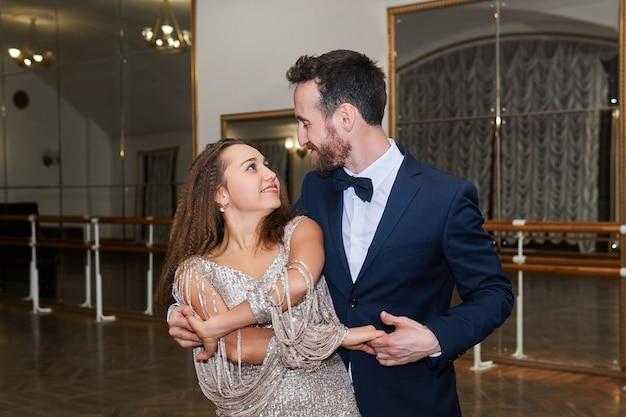 남자와 여자 춤, 서로 보고, 큰 빈 볼룸