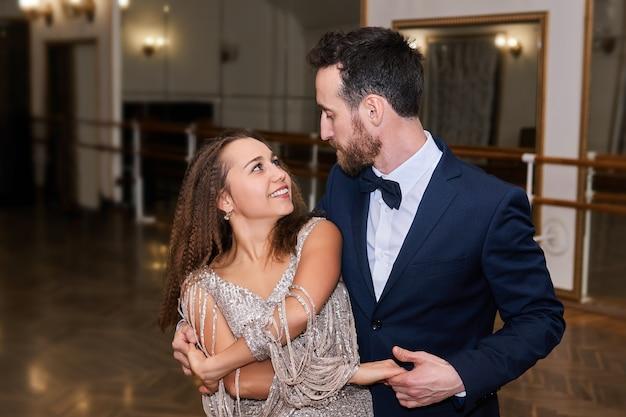 남자와 여자 춤 클래식 파트너 댄스