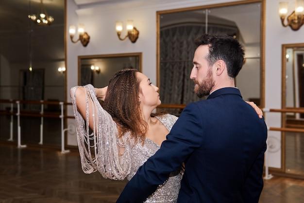 빈 볼룸에서 표현 파트너 댄스를 추는 남녀