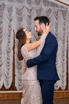 남자와 여자 춤 부드러운 관능적 인 댄스 실내