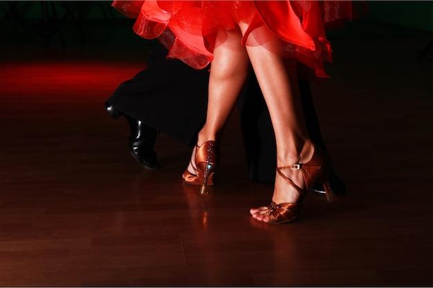 어둠 속에서 살사 춤을 추는 남자와 여자