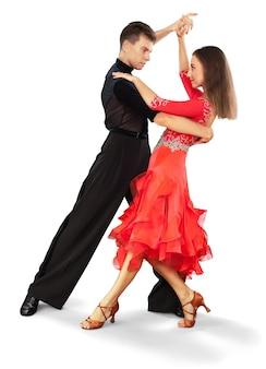 흰색 바탕에 살사 춤을 추는 남자와 여자