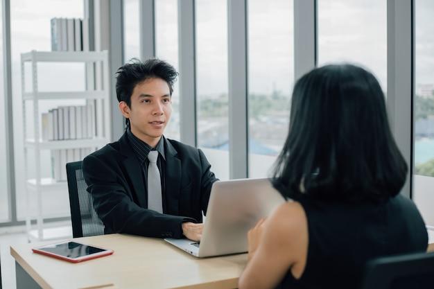 남자와 여자는 사무실에서 논의하고 협력