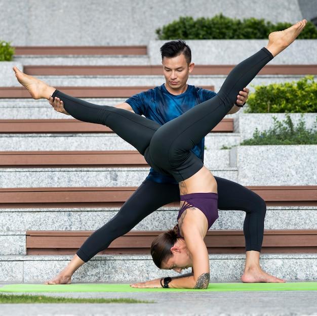 Мужчина и женщина занимаются йогой