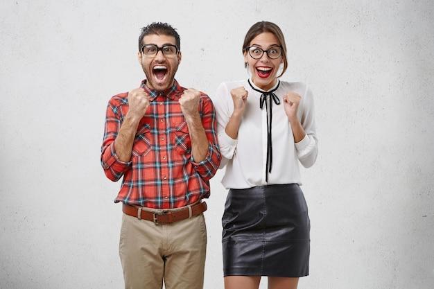 正式に服を着た男性と女性