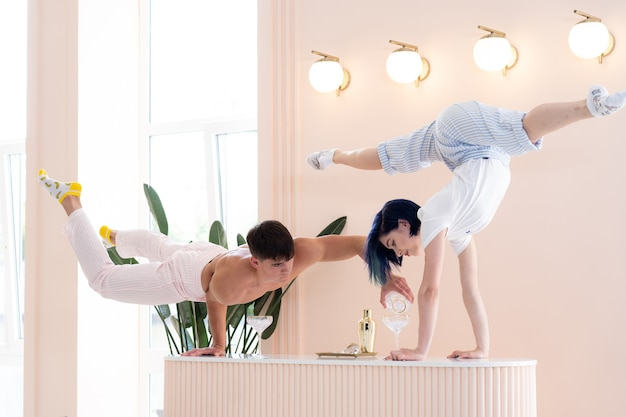 Мужчина и женщина пьют и устраивают романтическую вечеринку для двоих дома концепция отношений