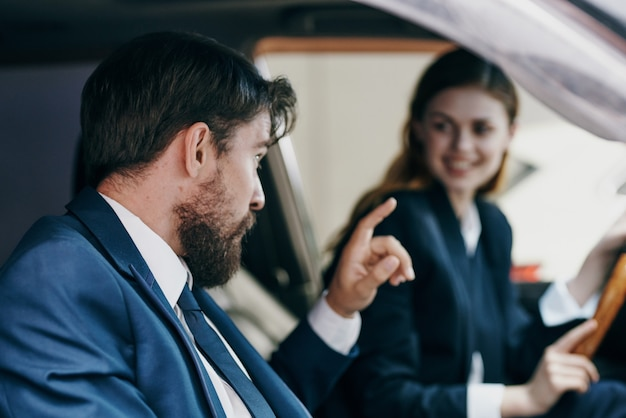 자동차 라이프 스타일을 운전하는 남자와 여자
