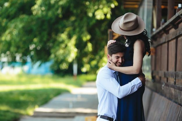 Мужчина и женщина, обнимая друг друга в парке