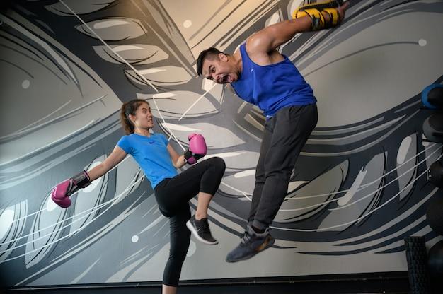Мужчина и женщина, тренировка в тренажерном зале