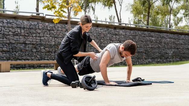 Мужчина и женщина тренируются вместе на открытом воздухе