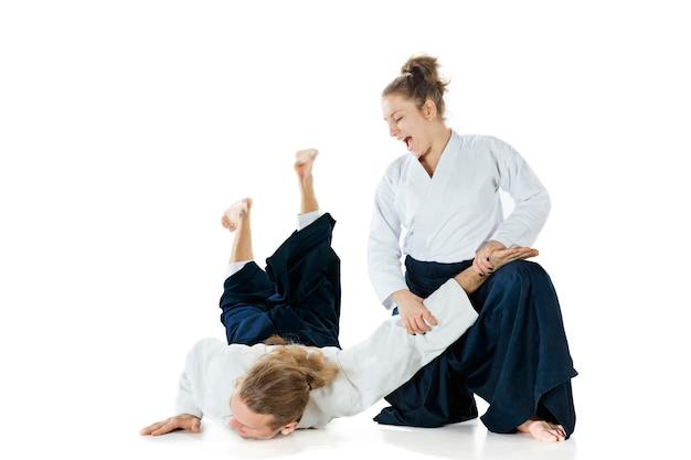 武道学校合気道研修で戦う男女健康的なライフスタイルとスポーツ