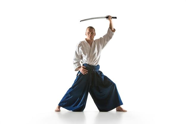 Мужчина и женщина борются на тренировках по айкидо в школе боевых искусств здоровый образ жизни и спорт