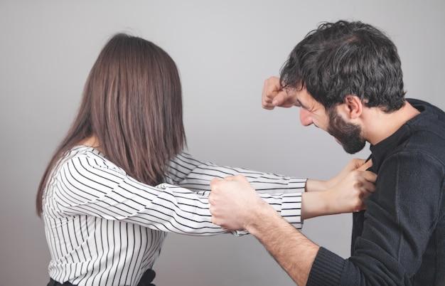 집에서 싸우는 남자와 여자. 프리미엄 사진