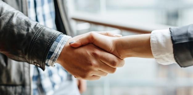 Мужчина и женщина руки дрожат после хорошего сотрудничества