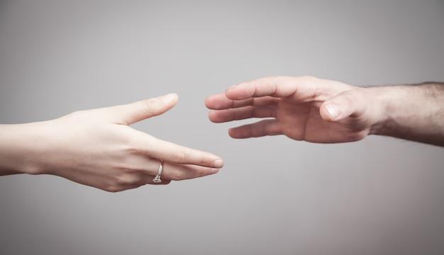 남자와 여자는 회색 배경에 손.