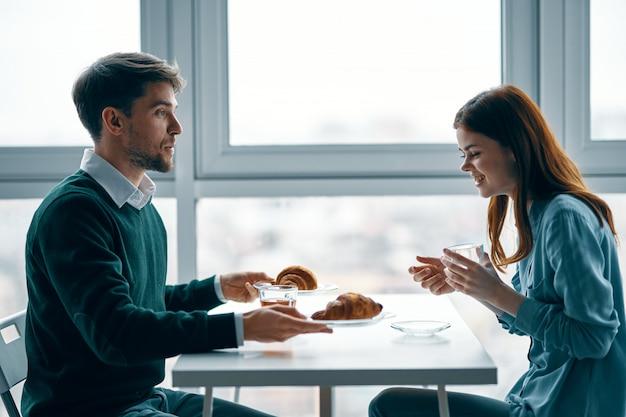 Мужчина и женщина вместе завтракают