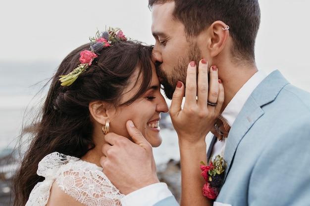 ビーチでの結婚式をしている男性と女性