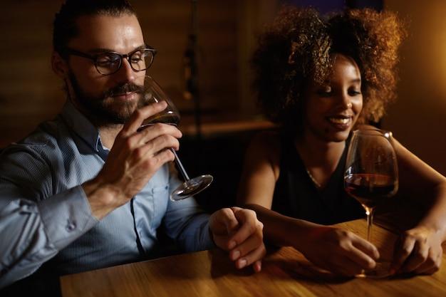 バーで飲み物を持っている男性と女性