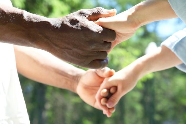 남자와 여자는 서로의 손을 가까이 잡으십시오