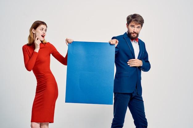 バナー青いモーションキャプチャのプレゼンテーションを保持している男性と女性。高品質の写真