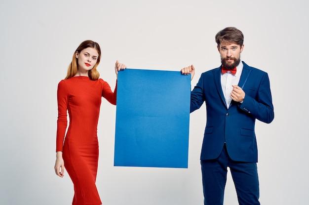バナー青いモーションキャプチャプレゼンテーションを保持している男性と女性 Premium写真