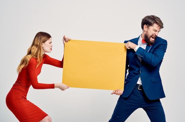 Мужчина и женщина, держащая баннер op, копировать пространство, рекламная студия i