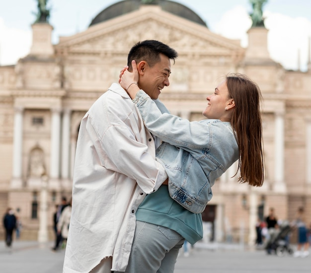 男と女が抱き合って 無料写真