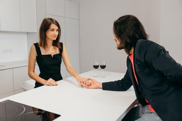 남자와 여자는 낭만적 인 홈 설정에서 손을 잡고. 고품질 사진