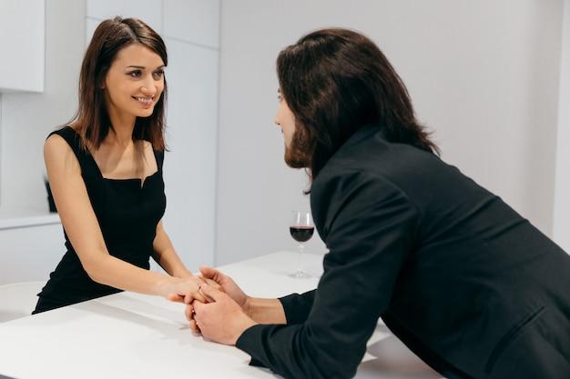 Мужчина и женщина, взявшись за руки в романтической домашней обстановке. фото высокого качества
