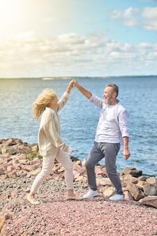 Мужчина и женщина, взявшись за руки друг напротив друга