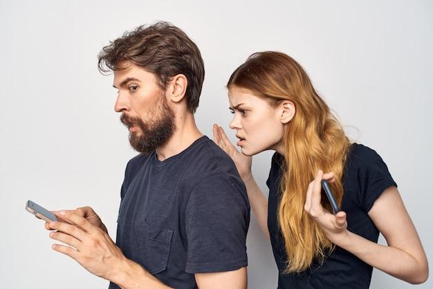 男と女はスタジオのライフスタイルをポーズするコミュニケーションの友情を抱きしめます