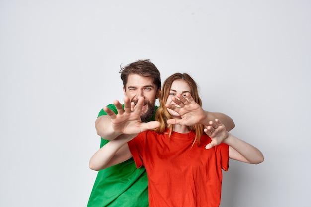 남자와 여자 포옹 우정 다채로운 티셔츠 가족 고립 된 배경