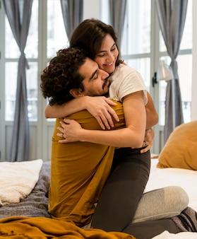 ベッドで抱き締める男と女