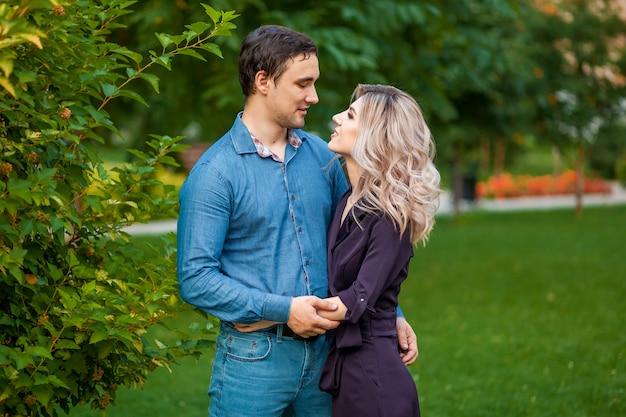 남자와 여자는 공원에서 포옹