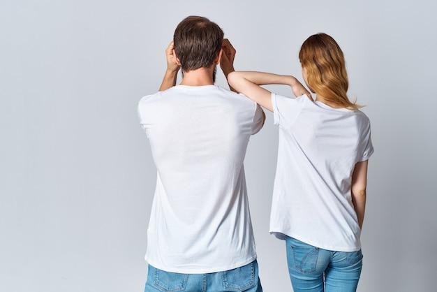 白いtシャツのモックアップの背面図で抱き締める男と女