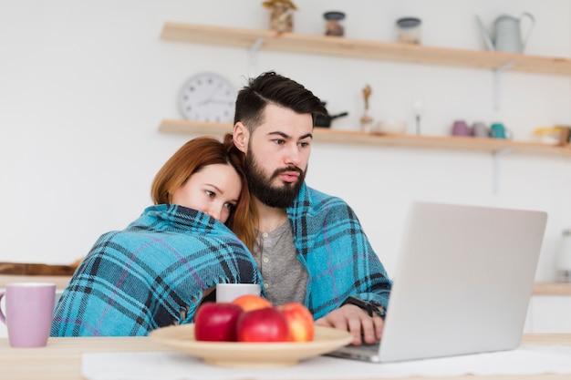 Мужчина и женщина в одеяле