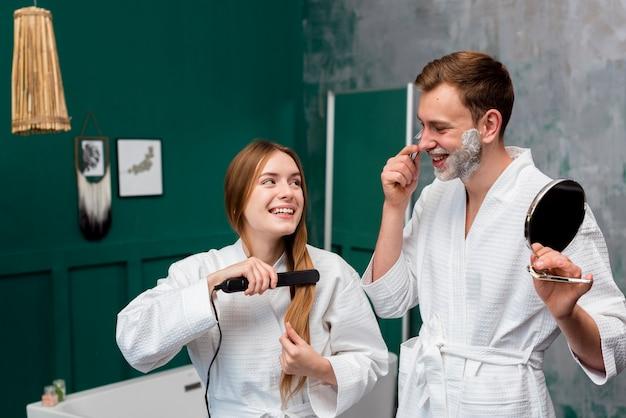 Мужчина и женщина в халате делают утреннюю рутину