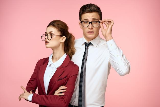 Мужчина и женщина в деловых костюмах позирует