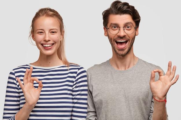 남자와 여자 캐주얼 옷 포즈