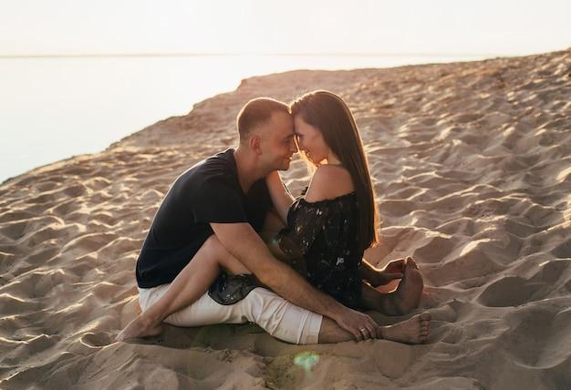 夏のビーチでお互いの腕の中で男と女