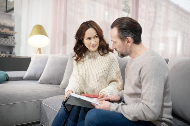モデルを議論する家具サロンの男性と女性
