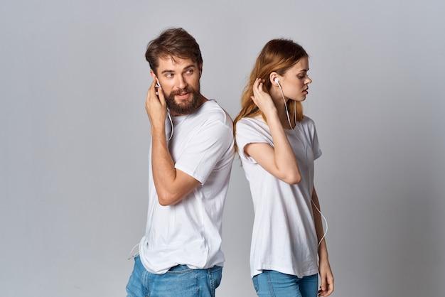 Мужчина и женщина в наушниках, музыка вместе весело
