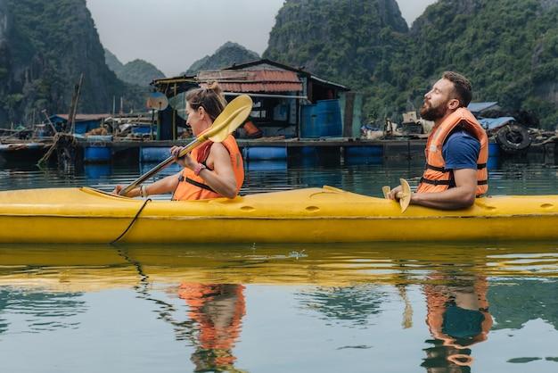 베트남 하롱베이 여행 중 카약을 탄 남녀