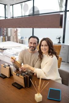 Мужчина и женщина в легких свитерах выглядят счастливыми