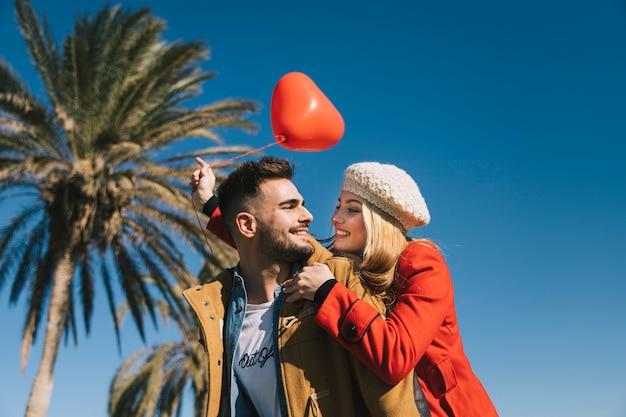 海岸の愛の男と女