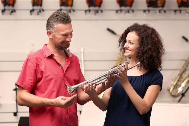 Мужчина и женщина в музыкальном магазине
