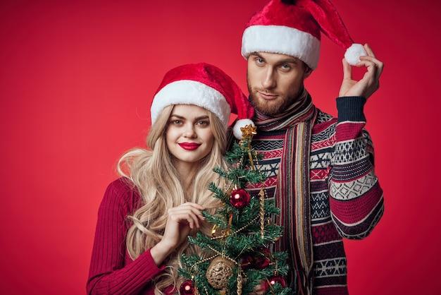 新年の服を着た男女が一緒にクリスマスを祝う